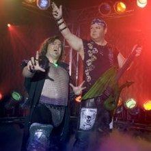 Jack Black e Kyle Gass sul palco in una scena di Tenacious D e il destino del rock