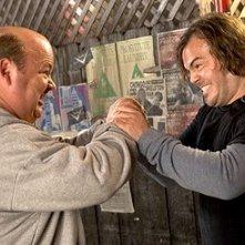 Gli attori Jack Black e Kyle Gass in una scena di Tenacious D e il destino del rock