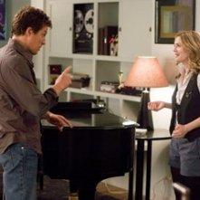 Drew Barrymore e Hugh Grant in una scena di Scrivimi una canzone