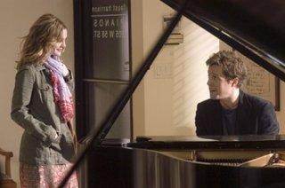 Drew Barrymore e Hugh Grant in una scena della commedia Scrivimi una canzone