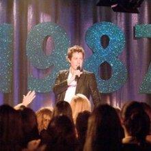Hugh Grant in una scena di Scrivimi una canzone