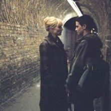 Cate Blanchett con Andrew Simpson in una scena del film Diario di uno scandalo