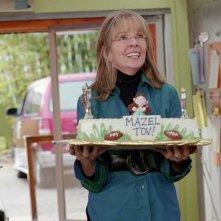 Diane Keaton con una torta in una scena del film Perchè te lo dice mamma