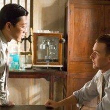 Edward Norton e Lu Xia  in una scena de Il velo dipinto