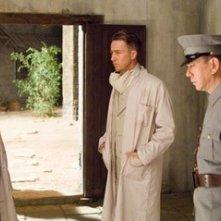 Edward Norton, Lu Xia e Anthony Wong in una scena de Il velo dipinto