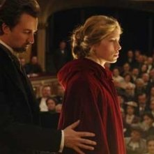 Ed Norton e Jessica Biel in una scena del film The Illusionist