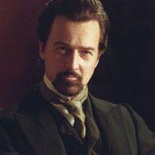 Primo piano di Edward Norton in una scena del film The Illusionist