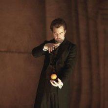 Edward Norton in una scena del film The Illusionist, da lui interpretato nel 2006
