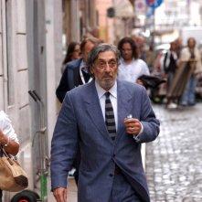 Flavio Bucci in una scena del film Lezioni di volo