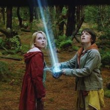 AnnaSophia Robb e Josh Hutcherson in una scena di Un ponte per Terabithia