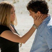 Antonio Banderas con Jennifer Lopez in una scena del film Bordertown