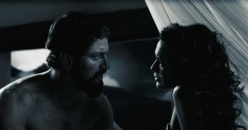 Gerard Butler e Lena Headey in una scena del film 300
