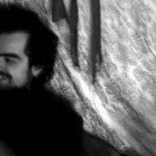 Una scena in bianco e nero del film Shooting Silvio