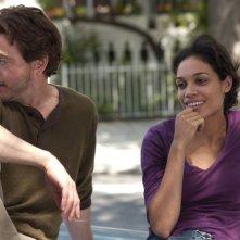 Rosario Dawson con Robert Downey Jr. in una scena del film Guida per riconoscere i tuoi santi