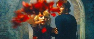 Samaire Armstrong e Jon Foster in una scena del film Stay Alive