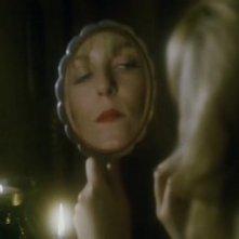 Sheryl Lee allo specchio in una scena di FUOCO CAMMINA CON ME