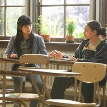 Jaclyn Ngan e April Lee Hernandez in una scena del film Freedom Writers