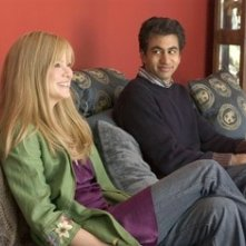 Kal Penn e Jacinda Barrett in una scena del film The Namesake