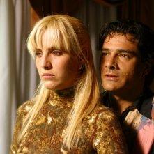 Marco Leonardi e Julieta Diaz in una scena del dramma Maradona, la mano di Dio