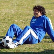 Marco Leonardi è il pibe de oro in una scena del film Maradona, la mano di Dio