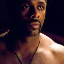 Idris Elba in una scena del film I segni del male