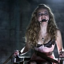 Una ragazza torturata in una scena di Hostel 2