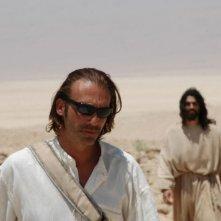 Luca Ward insieme ad Alessandro Etrusco in una scena del film 7 km da Gerusalemme