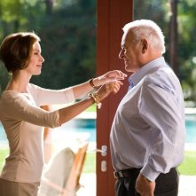 Embeth Davidtz e Anthony Hopkins  in una scena del film Fracture