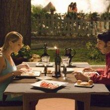 Luca Lionello e Claudia Gerini sono due coniugi in una scena del film Nero bifamiliare
