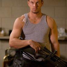 Mark Wahlberg in una sequenza del film Shooter