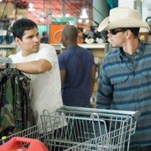 Mark Wahlberg insieme a Michael Pena in una scena di Shooter