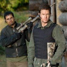 Mark Wahlberg e Michael Pena in una scena di Shooter