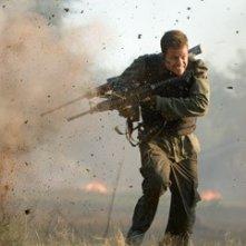 Mark Wahlberg in una scena d'azione del film Shooter
