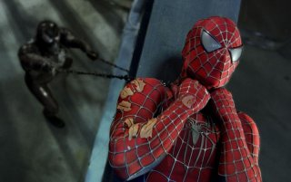 Tobey Maguire in difficoltà in una scena di Spider-Man 3