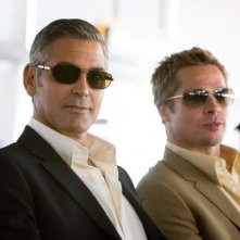 George Clooney e Brad Pitt in una scena del film Ocean's Thirteen