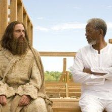 Steve Carell e Morgan Freeman in una scena della commedia Un'impresa da Dio