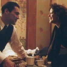 Marion Cotillard e Jean-Pierre Martins in una scena del film La vie en rose