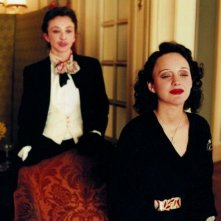 Marion Cotillard in una sequenza della biopic La vie en rose