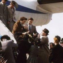 Marion Cotillard scende dall'aereo in una scena del film La vie en rose