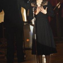 Marion Cotillard al microfono in una scena del film La vie en rose