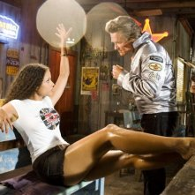 Sydney Tamiia Poitier e Kurt Russell in una scena del film Death Proof, episodio del double feature Grind House