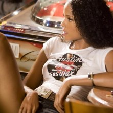 La sexy Sydney Tamiia Poitier in una scena del film Death Proof, episodio del double feature Grind House