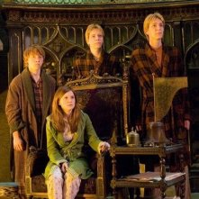 Rupert Grint, Bonnie Wright e i gemelli Oliver e James Phelps in una scena del film Harry Potter e l'Ordine della Fenice