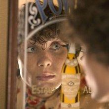 Cillian Murphy allo specchio in una scena del film Breakfast on Pluto