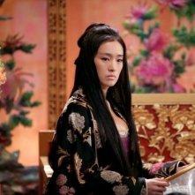 La splendida Gong Li in una scena del film La città proibita