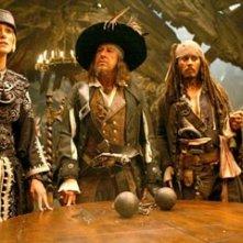 Keira Knightley, Geoffrey Rush, Johnny Depp e MacKenzie Crook  in una scena di Pirates of the Caribbean: At Worlds End