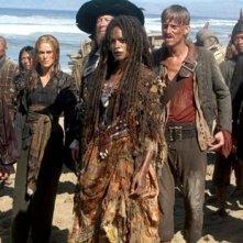 Keira Knightley, Geoffrey Rush, Naomie Harris e MacKenzie Crook in una scena di Pirates of the Caribbean: At Worlds End