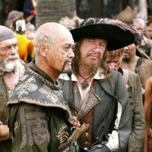 Martin Klebba, David Bailie, Chow Yun-Fat, Geoffrey Rush  e  Naomie Harris in una scena di Pirates of the Caribbean: At Worlds End
