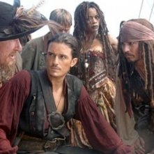 Naomie Harris, Geoffrey Rush, Johnny Depp e Orlando Bloom in una scena di Pirates of the Caribbean: At Worlds End
