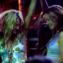 Beau Garrett e Olivia Wilde in una scena del film Turistas